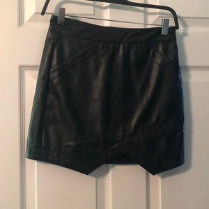 Black faux leather mini skirt. S